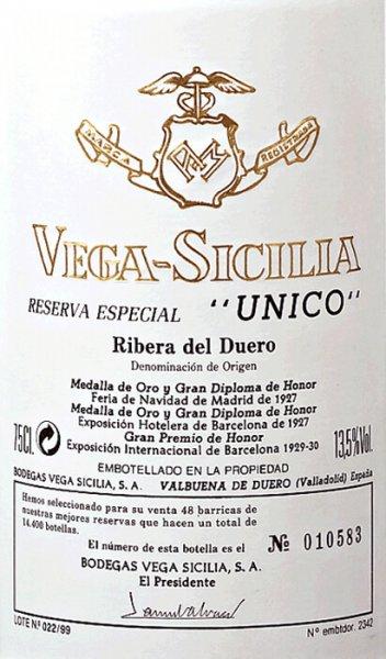 Die Unico Reserva Especial von Vega Sicilia ist traditionell eine Cuvée mehrerer Spitzen-Jahrgänge und gilt als der edelste unter den Vega Sicilia Weinen. Das uneingeschränkte Flaggschiff. Die Vega Sicilia Reserva Especial Unico erstrahlt in einem dichten, dunklen Kirschrot mit purpurnen Reflexen. Das verführerische Bouquet dieser Legende der spanischen Weinlandschaft ist tiefgründig und vielschichtig mit eleganten mineralischen Noten und feinwürzigen Aromen von Trüffeln, Brombeerkonfitüre, asiatischen Gewürzen, Leder und Zigarrenkästchen. Dörrpflaumen, Anflüge von Waldboden und Bitterschokolade vergrößern die Komplexität dieser Nase ins nahezu unermessliche. Am Gaumen ist die Reserva Especial Unico von Vega Sicilia rund, opulent und mit einer aromatisch, sanften Fülle, die konzentrierte Eleganz und Kraft verbindet. Der lange Abgang dieses größtenteils aus Tempranillo erzeugten Rotweins zeugt von einer herrlichen Nachhaltigkeit und edel-aristokratischer Stilistik. Vinifikation der Reserva Especial Unico Jeder Jahrgang des Unico ist ein Wein-Meisterwerk, doch in der Reserva Especial wird diese Komplexität noch einmal auf ein neues Level gehoben. Traditionell werden für die Reserva Especial die drei besten der jüngsten Unico-Jahrgänge verwendet. Mehr zur Vinifikation des erstklassigen Ausgangsweins lesen Sie in der Einzelexpertise des Unico. Speiseempfehlung zur Vega Sicilia Reserva Especial Unico Bei dieser Reserva Especial bedarf es einer speziellen Begleitung wie eines zarten Lamm- oder sanft geschmorten Rinderbratens. Prämierungen für die Reserva Especial Unico Jancis Robinson: 19/20 Punkte für 03/04/06 Guía Peñín: 97 Punkte für 03/04/06 Robert Parker: 95 Punkte für 03/04/06