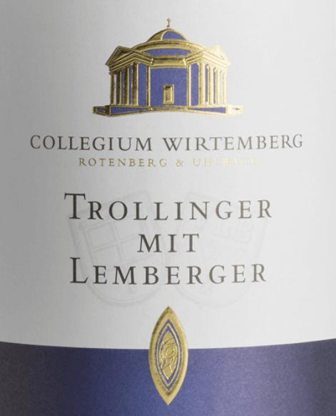 Der Trollinger mit Lemberger von Collegium Wirtemberg offenbart sich in einem hellen Rot und mit den Aromen von Erdbeeren, Feigen und Karamell im Glas. Diese Cuvée ist am Gaumen mild und süffig. Dabei verleiht der Trollinger dieser Cuvée seine intensive Fruchtigkeit, die herbe und tanninreiche Charakteristik kommt vom Lemberger. Vinifikation für den Collegium Wirtemberg Trollinger mit Lemberger Dieser Rotwein aus Württemberg wird aus Trauben vinifiziert, deren Rebstöcke in den Weinbergen des Collegiums in Rotenberg und Uhlbach wachsen. Nach der tradiotionellen Maischegärung fand der Ausbau dieses Weines im Edelstahltank statt. Speiseempfehlung für den Collegium Wirtemberg Trollinger mit Lemberger Genießen Sie diesen halbtrockenen Rotwein zu gerösteten Maultaschen, Rostbraten, Käseplatten, Frikadellen, Hirschbraten oder Pizza.