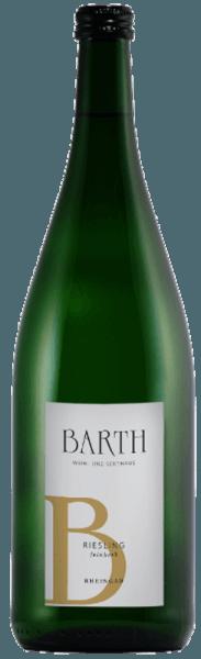 Der Riesling feinherb vom Wein- und Sektgut Barth funkelt im Glas in einem strahlenden Goldgelb und entfaltet sein fruchtbetontes Bouquet mit den Aromen von knackigen Äpfeln und Birnen, sowie einem Hauch Zitrusfrucht. Am Gaumen begeistert dieser Riesling mit seiner frischen Art und der zarten Restsüße. Mit seinem spritzig-erfrischenden Mundgefühl macht dieser Weißwein jeden Riesling-Liebhaber glücklich. Speiseempfehlung für den Barth Riesling feinherb Genießen Sie diesen halbtrockenen Weißwein als Aperitif, zu Vorspeisen und Salaten, Fisch und Meeresfrüchten oder Pasta mit Lachs an Limettenzabaione.