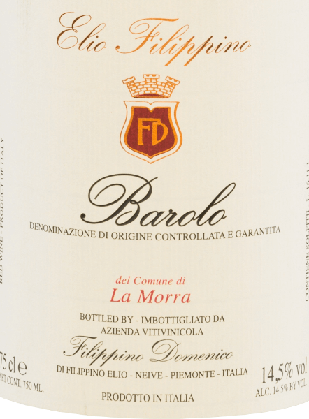 Der La Morra Barolo DOCG von Elio Filippino präsentiert sich in einer kräftigen granatroten Farbe mit orangefarbenen Highlights. Das intensive Bouquet ist geprägt von einer komplexen Aromenvielfalt nach reifen Beeren - insbesondere Himbeeren und Brombeeren. Dazu gesellen sich dezente Anklänge an Trauben sowie Zartbitterschokolade. Am Gaumen verwöhnt dieser italienische Rotwein mit einem körperreichen, nachhaltigen Charakter, der trotz aller Kraft nicht an Eleganz verliert. Das Finale ist wundervoll lang anhaltend und wird von beerigen Tönen begleitet. Vinifikation desElio Filippino La Morra Barolo Die Nebbiolo-Trauben für diesen rebsortenreinen Wein werden von Hand gelesen und im Weinkeller von Elio Filippino sorgfältig selektiert. Anschließend wird die Maische in temperaturkontrolliert vergoren. Dieser Wein ruht nach abgeschlossenen Gärprozess für insgesamt 24 Monate in slawonischer Eiche. Speiseempfehlung für denBarolo Elio FilippinoLa Morra Genießen Sie diesen trockenen Rotwein aus Italien zu allerlei Speisen mit Wild mit Preiselbeere-Sauce, zu gereiften Käsesorten, aber auch zu Desserts mit frischen Früchten.