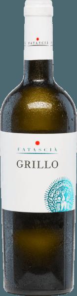 DerGrillo von Fatascia ist ein rassiger, erfrischender und rebsortenreiner Weißwein aus dem italienischen Weinanbaugebiet DOC Sicilia. Im Glas erstrahlt dieser Wein in einem kräftigen Strohgelb mit glitzernden Highlights. Das feine Bouquet besitzt vielschichtige Aromen nach gelben Früchten (besonders Pfirsiche, Aprikose und etwas Banane) - dezent unterlegt von floralen Anklängen. Am Gaumen gesellen sich zu den Noten der Nase noch frische Zitrusfrüchten. Mit einer belebenden, erfrischenden Textur nimmt dieser italienische den Gaumen ein. Der Körper ist wundervoll weich und angenehm mit einer milden Säurestruktur. Speiseempfehlung für denFatascia Grillo Wir empfehlen Ihnen diesen trockenen Weißwein gut gekühlt als erfrischenden Aperitif. Oder servieren Sie diesen Wein zu Krustentieren und mediterranen Fischgerichten, als auch zu Antipasti und klassischen Pasta-Variationen.