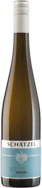 Der leichtfüßige Riesling von Weingut Schätzel kommt mit brillantem Hellgelb ins Glas. In ein Weissweinglas eingegossen, präsentiert dieser Weißwein aus der Alten Welt herrlich ausdrucksstarke Aromen nach Maulbeere, Brombeere, Heidelbeere und Apfel, abgerundet von Bitterschokolade, Lebkuchen-Gewürz und grüne Paprika. Dieser Wein begeistert durch sein elegant trockenes Geschmacksbild. Er wurde mit lediglich 6 Gramm Restzucker auf die Flasche gebracht. Wie man es natürlich bei einem Wein erwarten kann, so verzückt dieser Deutsche Wein natürlich bei aller Trockenheit mit feinster Balance. Aroma benötigt nicht zwingend viel Restzucker. Leichtfüßig und facettenreich präsentiert sich dieser leichte Weißwein am Gaumen. Durch seine prägnante Fruchtsäure präsentiert sich der Riesling am Gaumen außergewöhnlich frisch und lebendig. Das Finale dieses Weißweins aus der Weinbauregion Rheinhessen, genauer gesagt aus Nierstein, überzeugt schließlich mit beachtlichem Nachhall. Vinifikation des Riesling von Weingut Schätzel Grundlage für den eleganten Riesling aus Rheinhessen sind Trauben aus der Rebsorte Riesling. Die Trauben für diesen Weißwein aus Deutschland werden, nachdem die optimale Reife sichergestellt wurde, ausschließlich von Hand gelesen. Nach der Lese gelangen die Trauben umgehend ins Presshaus. Hier werden sie sortiert und behutsam gemahlen. Anschließend erfolgt die Gärung im bei kontrollierten Temperaturen. Nach dem Ende der Gärung . Speiseempfehlung für den Riesling von Weingut Schätzel Dieser deutsche Weißwein sollte am besten gut gekühlt bei 8 - 10°C genossen werden.