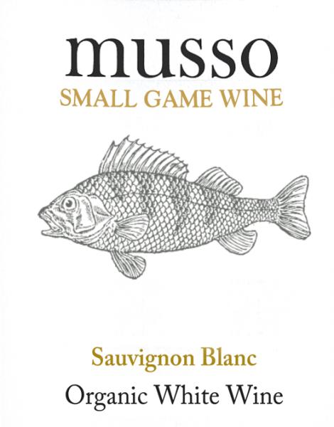 Der Musso Sauvignon Blanc aus der Weinbau-Region Kastilien - La Mancha offeriert sich im Glas in brillant schimmerndem Hellgelb. Das Bouquet dieses Weißweins aus Kastilien - La Mancha bezaubert mit Noten von Weinbergspfirsich, Pfirsich, Orange und Pomelo.Gerade seine fruchtbetonte Art macht diesen Wein so besonders. Der Musso Sauvignon Blanc von Casa Rojo ist der richtige Tropfen für alle , die möglichst wenig Restzucker im Wein mögen. Dabei zeigt er sich aber nie karg oder spröde, wie man es natürlich bei einem Wein jenseits der 4-Euro-Marke erwarten kann. Auf der Zunge zeichnet sich dieser leichtfüßige Weißwein durch eine ungemein seidige Textur aus. Durch die ausgeglichene Fruchtsäure schmeichelt der Musso Sauvignon Blanc mit gefälligem Gaumengefühl, ohne es dabei an saftiger Lebendigkeit missen zu lassen. Das Finale dieses jugendlichenWeißwein aus der Weinbauregion Kastilien - La Mancha, genauer gesagt aus La Mancha DO, überzeugt schließlich mit schönem Nachhall. Vinifikation des Musso Sauvignon Blanc von Casa Rojo Dieser Weißwein legt den Fokus klar auf eine Rebsorte, und zwar auf Sauvignon Blanc. Für diesen wunderbar eleganten reinsortigen Wein von Casa Rojo wurde nur bestes Traubenmaterial eingebracht. Nach der Lese gelangen die Trauben umgehend in die Kellerei. Hier werden sie selektiert und behutsam gemahlen. Anschließend erfolgt die Gärung im Edelstahltank bei kontrollierten Temperaturen. Der Gärung schließt sich eine Reifung für einige Monate auf der Feinhefe an, bevor der Wein schließlich abgefüllt wird. Speiseempfehlung für den Musso Sauvignon Blanc von Casa Rojo Dieser Spanier sollte am besten gut gekühlt bei 8 - 10°C genossen werden. Er passt perfekt als begleitender Wein zu Spaghetti mit Joghurt-Minz-Pesto, fruchtiger Endiviensalat oder Gemüsesalat mit roter Beete.