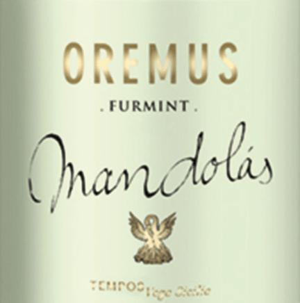 DerMandolás Furmint von Tokaj Oremus ist ein vielschichtiger, rebsortenreiner Weißwein aus dem ungarischen WeinanbaugebietTokaj Hegyalja. Im Glas glänzt dieser Wein in einem hellen Goldgelb mit goldenen Glanzlichtern. Das üppige Bouquet offenbart eine vielfältige Aromatik nach frischen Grapefruits sowie Zitronen, blumigen Noten nach Lindenblüte sowie Kamille und einen feinen Hauch nach Kräutern, Safran und Eichenholz. Mit einem kräftigen, fülligen Körper und lebendiger Säure überzeugt dieser ungarische Weißwein den Gaumen. Die vielschichtigen Aromen der Nase entwickeln sich wundervoll im Geschmack weiter und klingen im eleganten, langen Finale nach. Vinifikation des Oremus Mandolás Furmint Nach der Lese der Furmint-Trauben wird das Lesegut im Weinkeller von Oremus im Ganzen gepresst. Dabei werden die Beeren nicht entrappt und gemahlen. Anschließend wird ein größerer Teil in neuen Fässern aus ungarischer Eiche vergoren - der kleinere Teil wird in Edelstahltanks fermentiert. Anschließend reift dieser Weißwein für 7 Monate in den ungarischen Eichenholzfässern. Dabei wird in den ersten zwei Monaten die Feinhefe regelmäßig aufgerührt. Speiseempfehlung für den Fürmint Oremus Mandolás Genießen Sie diesen trockenen Weißwein aus Ungarn zu frischen Fischgerichten in feiner Dillsauce, knusprigen Schweinebraten mit herzhaften Beilagen oder auch zu Geflügel im Blätterteigmantel mit cremiger Sauce.