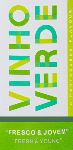 Der Fresh & Young Vinho Verde, bisher unter seinem portugiesischen Namen Fresco & Jovem vertrieben, ist ein spritziger, portugiesischer Weißwein aus den RebsortenLoureiro (60%), Arinto (20%) und Azal Branco (20%). Im Glas erstrahlt dieser Vinho Verde von Cas de Vila Nova in einem wunderschönen Zitronengelb mit glitzernden Highlights. Das aromatische Bouquet offenbart frische Noten nach Zitrusfrüchten, reifer Birne und florale Anklänge. Auch am Gaumen spiegeln sich die Aromen der Nase wider. Insbesondere Limette und Birne stellen sich in den Vordergrund und harmonieren perfekt mit der lebendigen Säurestruktur. Ein wundervoller Weißwein mit viel Frische und gehaltvollem Körper. Speiseempfehlung für denFresh & Young Vinho Verde von Casa de Vila Nova Genießen Sie diesen trockenen Weißwein aus Portugal zu Gerichten mit Meeresfrüchten, hellem Fleisch in cremiger Sauce oder auch zur asiatischen Küche. Aber auch als Aperitif oder Solo auf dem Balkon ein wahrer Genuss. Auszeichnungen für den Vinho VerdoFresh & Young Mundus Vini: Silber für 2017