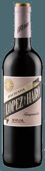 Der Hacienda López de Haro Tempranillo von Bodega Classica präsentiert sich mit einem brillianten Rubinrot im Glas und verzückt mit seinem vielschichtigen Bouquet. Dieses kombiniert wie rauchige Würze von Holz mit den herrlichen Fruchtaromen von Erdbeeren und Himbeeren und wird von einer Nuance von rotem Lakritz untermalt. Dieser Rioja-Wein ist am Gaumen dicht mit einer angenehmen Säure und reifen Tanninen, welche diesem Tempranillo einen langen Nachhall verleihen. Vinifikation für den Hacienda López de Haro Tempranillo von Bodega Classica Dieser Rotwein besteht zu 100% aus handgelesenen Tempranillotrauben von alten Reben, welche zwischen 50 und 70 Jahre alt sind und aus San Vicente de la Sonsierra kommen. Nach der Fermentation und Gärung wurde dieser spanische Rotwein etwa 3 bis 4 Monate in neuen Fässern ausgebaut. Speiseempfehlung für den Hacienda López de Haro Tempranillo von Bodega Classica Genießen Sie diesen trockenen Rotwein zu kräftigen Tapas, Iberischem Schinken, Paella, rotem Fleisch oder zu Käse. Auszeichnungen für den Hacienda López de Haro Tempranillo von Bodega Classica Tempranillos al Mundo Awards: Silber (Jahrgang 2015) Robert Parker / The Wine Advocate: 89 Punkte (Jahrgang 2012)