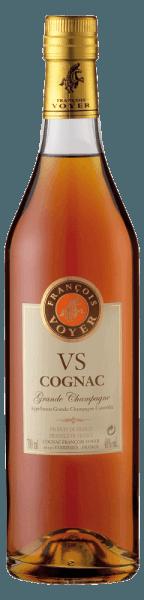 DerVS Cognac Grande Champagne von François Voyerpräsentiert sich in einem eleganten Bernstein-Mahagoniton im Glas. Das kräftige Bouquet dieses Cognacs entfaltetAromen von Vanille und Limone, sowie weißen Blüten. Der fruchtige und angenehme Geschmack wird von einem zarten Auftakt eingeleitet, der lange am Gaumen verweilt. Servierempfehlung für den VS Cognac Grande Champagne von François Voyer Genießen Sie diesen Cognac pur gut gekühlt aus dem Frost oder in Cocktails. Tipp:Brandy Tea 1 Orangenscheibe 1 Zitronenscheibe 2 TL Honig 4 cl VS Cognac Grande Champagne Shaken Sie alle Zutaten und fügen Sie dann heißes Wasser hinzu.
