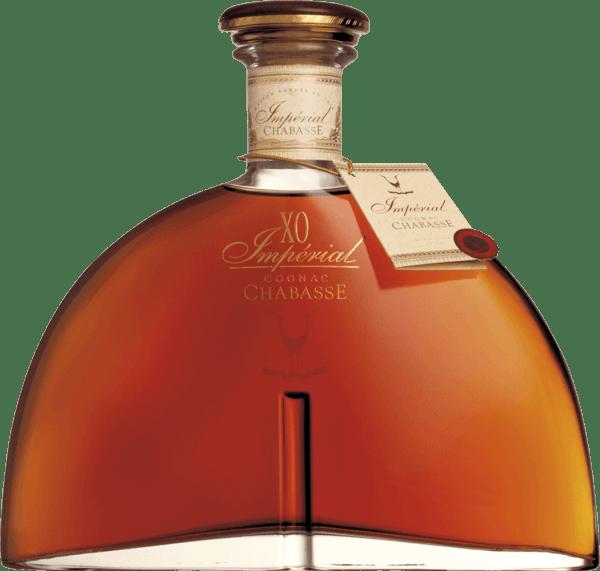 DerCognac XO Impérial von Cognac Chabasse ist ein herausragender Spitzen-Cognac, der in sich die Rebsorten Ugni Blanc, Colombard und Folle Blanche vereint. Im Glas schimmert bei diesem Cognac ein strahlendes Bernstein mit goldbraunen Schattierungen. Das ausdrucksvolle Bouquet ist durch die langen Fassreife wundervoll gezeichnet. Neben den vanilligen Aromen und Noten nach Eichenholzwürze kommen feine Anklängen nach getrockneten Früchten zum Vorschein. Am Gaumen überzeugt dieser französische Weinbrand mit einem dichten, geschmeidigen Körper, der wunderbar mit den Aromen der Nase harmoniert. Die außergewöhnliche Fülle ist dem langen Holzausbau zu verdanken. Das lange Finale wartet mit Nuancen nach Vanille auf. Vinifikation des Chabasse Cognac XO Impérial Die Trauben für diesen Cognac werden bereits sehr früh gelesen und zu einem stark säurehaltigen Weißwein vergoren. Die Säure schützt vor Oxidation, da Cognac nicht geschwefelt wird. Dieser Grundwein wird nun im Kupferbrennkessel zweimal nach dem traditionellen charentaiser Brennverfahren destilliert. Für die Reife werden Holzfässer aus Limousin-Eiche gewählt. Darin reift dieser Cognac für 40 bis 50 Jahre. Servierempfehlung für den XO Impérial Chabasse Cognac Genießen Sie diesen Spitzen-Cognac einfach nur Solo vor dem Karmin oder in einer gemütlichen Runde mit der Familie und den Freunden. Auch zu einer erlesenen Zigarre oder einer Tasse Mokka passt dieser Weinbrand hervorragend.