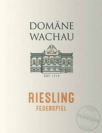 Der Riesling Federspiel Terrassen von Domäne Wachau ist ein rassiger, rebsortenreiner Weißwein aus dem österreichischen Weinanbaugebiet Wachau. Ein leuchtendes Strohgelb mit feinen grüngoldenen Glanzlichtern erstrahlt bei diesem Wein Glas. Das elegante Bouquet ist von einer rebsortentypischen Aromatik geprägt - es offenbaren sich saftige Pfirsiche und reife Aprikosen zusammen mit frischer Grapefruit und Nuancen nach exotischen Früchten. Am Gaumen verführt dieser österreichische Weißwein mit einem dichten, zugleich frischen Körper, der in sich eine pikant rassige und dezent tropische Noten einschließt. Das aromatische Finale ist wundervoll lang und lebendig. Vinifikation des Domäne Wachau Federspiel Terrassen Riesling Von Hand werden die Riesling-Trauben für diesen Weißwein von den Weinbergs-Terrassen gelesen. Im Weinkeller der Domäne Wachau angekommen, wird das Lesegut streng sortiert und anschließend sanft gepresst. Der Most wird über Nacht durchKaltsedimentation vorgeklärt. Danach wird Most bei kühlen Temperaturen im Edelstahltank vergoren. Nach abgeschlossenem Gärprozess wird dieser Wein in den Stahltanks ausgebaut, damit die frische Rebsortenfrucht erhalten bleibt. Speiseempfehlung für den Federspiel Terrassen Riesling Domäne Wachau Genießen Sie diesen trockenen Weißwein aus Österreich gut gekühlt als willkommenen Aperitif. Oder reichen Sie diesen zu leichten Suppen, knackig bunten Salaten, Schinkenspezialitäten oder auch zu Gerichten mit asiatischer Würze. Auszeichnungen für den RieslingFederspiel Terrassen Domäne Wachau Wine Enthusiast: 90 Punkte für 2017