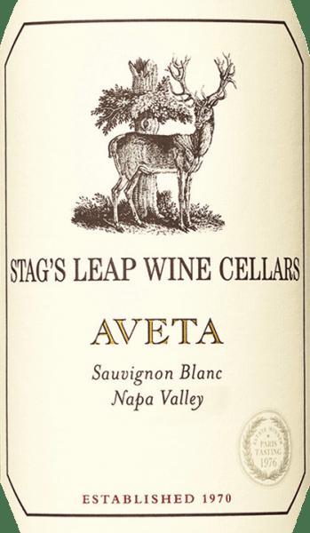DerAveta Sauvignon Blanc von Stag's Leap Wine Cellars aus dem amerikanischen Weinanbaugebiet Napa Valley ist eine frische und lebendige Weißwein-Cuvée, die die Rebsorten Sauvignon Blanc (86%), Sauvignon Musque (10%), Semillon (3%) und Muscat (1%) in sich vereint. Im Glas schimmert dieser Wein in einem klaren Zitronengelb mit glitzernden Glanzlichtern. Das ausdrucksvolle Bouquet offenbart frische Aromen nach gereiften Mandarinen, saftigen Nektarinen, Zitronengras und einen vegetabilen Hauch nach frisch geschnittenem Gras. Mit einem vitalen und frischen Körper überzeugt dieser amerikanische Weißwein den Gaumen. Noten nach sonnen gereiften Zitrusfrüchten und Nuancen nach Orangenblüten verschmelzen mit der präsenten Säure, die bis in den langen Nachhall anhält. Vinifikation des Stag's Leap Sauvignon Blanc Aveta Aus den verschiedensten Lagen im Napa Valley stammen die Trauben für diesen Weißwein. Von Hand werden die Trauben von Ende August bis Mitte September sorgsam gelesen und in den Weinkeller von Stag's Leap gebracht. Der Most wird bei kühleren Temperaturen in Edelstahltanks (52%), Eichenholzfässern (47%) und Betontanks (1%) vergoren. Anschließend wird dieser Wein für weitere 6 Monate und wird auf der Hefe (sur lie) in Fässern aus französischer Eiche ausgebaut. Dabei wird der Most alle zwei Wochen aufgerührt. Speiseempfehlung für den Sauvignon Aveta Stag's Leap Genießen Sie diesen trockenen Weißwein aus den USA zu Fisch in feiner Zitronen-Kräuter-Kruste, frische Muscheln im Weißwein-Sud oder auch zu gegrillten Meeresfrüchten mit knackigen Salat.