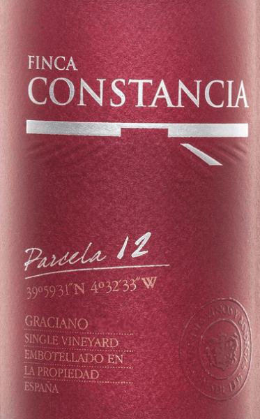 Der Parcela 12 Graciano von Finca Constancia hat seine Heimat im wunderschönen, spanischen Anbaugebiet DO La Mancha in der Parzelle Nummer 12. Im Glas schimmert dieser Wein in einem intensiven Kirschrot mit purpurnen Glanzlichtern. Das duftige Bouquet wird von intensiven Aromen nach reifen schwarzen Johannisbeeren und Heidelbeeren bestimmt. Dazu gesellen sich blumige Akzente nach Veilchen und balsamische Noten mit einem Hauch Kakao. Der Gaumen ist bei diesem spanischen Rotwein klar strukturiert mit einem saftigen, vielschichtigen Körper. Es entfaltet sich eine beerige, fein-mineralische Aromatik, die von Röst- und Gewürznoten unterstrichen wird. Die frische Säure harmoniert wundervoll mit der süß gereiften Frucht. Die perfekt eingebundenen Tannine runden das Gesamtbild dieses rebsortenreinen Weins perfekt ab und begleiten in ein langes, elegantes Finale. Vinifikation desConstancia Graciano Parcela 12 In der Parzelle 12 wachsen die Graciano Trauben für diesen Rotwein. Sehr sorgsam von Hand werden die Trauben gelesen und umgehend in die Kellerei von Finca Constancia gebracht. Hier findet die klassische Vergärung im Edelstahltank statt. Abschließend ruht dieser Wein für 8 Monate in Barriques aus französischer Eiche. Speiseempfehlung für den Finca Constancia Parcela 12 Graciano Reichen Sie diesen trockenen Rotwein aus Spanien zu Wurst- und Schinkenspezialitäten sowie mittelkräftigen Käsesorten, Rinderbraten im Kräutermantel und auch Wildgerichten mit Preiselbeeren und Pilzen.