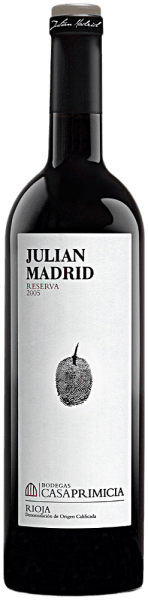 DerReserva de Familia Julian Madrid DOCa Rioja Alavesa von Bodegas Casa Primiciaoffenbart sich in einer eleganten kirschroten Farbe mit granatrotem Rand. Er verwöhnt mit intensiven, eleganten Aromen von reifen dunklen Früchten wie Cassis, Brombeeren, Blaubeeren und Kirschen, abgestimmt mit würzigen Noten von Vanille und Süßholz sowie einem Anklang von getoastetem Holz und Leder. Er füllt den Gaumen mit seiner vollmundigen Struktur, dem gut gezügelten Tannin und der enorm weichen, saftigen Frucht. Ein komplexer, kräftiger, fleischiger und moderner Rioja mit enormem Entwicklungspotential.Wir empfehlen ihn zu Paella, kräftigen Fleischgerichten, Wild und Käse.