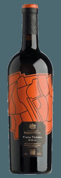 Der Marqués de Riscal Finca Torrea Rioja aus der Feder von Marqués de Riscal aus der La Rioja zeigt im Glas eine dichte, rubinrote Farbe. An den Rändern zeigt sich zudem ein farblicher Übergang ins granatrote. Gibt man ihm durch Schwenken etwas Luft, so offenbart dieser Rotwein eine hohe Viskosität, was sich in deutlichen Kirchenfenstern am Glasrand zeigt. Der Nase zeigt dieser Marqués de Riscal Rotwein allerlei Schwarzkirschen, Schwarze Johannisbeeren, Pflaumen, Schattenmorellen und Zwetschgen. Als wäre das nicht bereits eindrucksvoll, gesellen sich durch den Ausbau im kleinen Holzfass weitere Aromen wie orientalische Gewürze, Bitterschokolade und Zimt hinzu. Dieser spanische Wein begeistert durch sein elegant trockenes Geschmacksbild. Er wurde mit außergewöhnlich wenig Restzucker auf die Flasche gebracht. Wie man es natürlich bei einem Wein im Spitzenweinbereich erwarten kann, so verzückt dieser Spanier natürlich bei aller Trockenheit mit feinster Balance. Aroma benötigt nicht zwingend viel Restzucker. Durch seine prägnante Fruchtsäure präsentiert sich der Marqués de Riscal Finca Torrea Rioja am Gaumen beeindruckend frisch und lebendig. Im Abgang begeistert dieser gut lagerfähige Rotwein aus der Weinbauregion La Rioja schließlich mit guter Länge. Es zeigen sich erneut Anklänge an Schwarzkirsche und Heidelbeere. Im Nachhall gesellen sich noch mineralische Noten der von Kalkstein dominierten Böden hinzu. Vinifikation des Marqués de Riscal Marqués de Riscal Finca Torrea Rioja Grundlage für den kraftvollen Marqués de Riscal Finca Torrea Rioja aus La Rioja sind Trauben aus den Rebsorten Graciano und Tempranillo. Die Trauben wachsen unter optimalen Bedingungen in der La Rioja. Die Reben graben hier ihre Wurzeln tief in Böden aus Kalkstein. Zum Zeitpunkt optimaler Reife werden die Trauben für den Marqués de Riscal Finca Torrea Rioja ohne die Hilfe grober und wenig selektiver Maschinen ausschließlich händisch gelesen. Nach der Handlese gelangen die Weintrauben zügig ins P