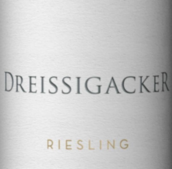 Der Guts-Riesling von Dreissigacker aus Rheinhessen ist würzig, frisch und mineralisch mit viel frischer Frucht. Dieser bio-zertifizierteRiesling zeigt eine klare Nase mitviel Zitrusfrüchten und exotischen Früchtensowie etwas Würze und kräuteriger Mineralität. Am Gaumen zeigt sich der Gutswein Riesling von Dreissigacker klar und saftig. Dieser Biowein aus Rheinhessen offenbart puristische Mineralität und würzige Apfelfrucht, gefolgt von ausgewogener Säure und leichter Adstringenz. Am Gaumen wird die Mineralität des Gutsriesling von Dreissigacker immer komplexer und beeindruckender. Die straff geschnürte Taille des Riesling von Dreissigacker präsentiert sich mit dichter Saftigkeit und kräftigem Oberkörper. Ein rassiger, kantiger Weißwein mit Frische, Druck, Tiefe und Länge. Speiseempfehlung zum Riesling Gutswein von Dreissigacker Genießen Sie diesen herrlichen Weißwein aus Rheinhessen zu Melonenschiffchen mit Parmaschinken, Krustentieren, Meeresfrüchten, Fisch- und Geflügelgerichten sowie zu Saltimbocca mit Parmesanrisotto.