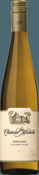 Die Trauben für den sortenreinenRiesling feinherb von Chateau Ste. Michelle wachsen im amerikanischen Weinanbaugebiet Washington State - Columbia Valley. Im Glas leuchtet dieser Wein in einem hellen Strohgelb mit glitzernden grünlichen Reflexen. Das aromatische Bouquet offenbart rebsortentypische Aromen nach frischen Äpfeln, saftigen Pfirsichen sowie Nektarinen, reifen Birnen und frischen Zitrusfrüchten - untermalt von feinen Anklängen nach Maracuja und Ananas. Am Gaumen präsentiert sich dieser amerikanische Weißwein mit einem aromatischen, saftigen und vollmundigen Körper. Auch die fruchtige Aromatik der Nase spiegelt sich wieder. Dazu gesellen sich dezent mineralische Nuancen, die perfekt mit der rassigen Säure und der dezenten Süße harmonieren. Dieser Weißwein überzeugt mit seiner verführerischen Persönlichkeit und Lebendigkeit und schließt mit einem eleganten, angenehm langen Finale. Speiseempfehlung für den Ste. Michelle Riesling feinherb Genießen Sie diesen feinherben Riesling zu gegrillten Krustentieren mit einer Sahne-Kräuter-Sauce, knackigen Salat mit gebackenen Ziegenkäse oder auch zu Hühnchen-Curry.
