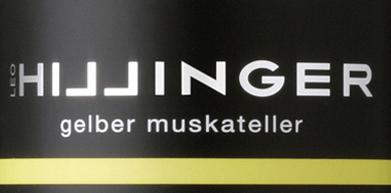 In dem wunderschönen österreichischen Weinanbaugebiet Burgenland hat der rebsortenreine, frischeGelber Muskateller von Leo Hillinger seine Heimat. Dieser Biowein präsentiert sich im Glas in einem leuchtenden Strohgelb mit zart grünlichen Glanzlichtern. Das fein-fruchtige Bouquet offenbart wunderbare Aromen nach Holunder und saftigem Steinobst - insbesondere Weinbergpfirsichen - unterlegt von einem Hauch Muskat. Sehr frisch und saftig mit einer eleganten Fruchtfülle überzeugt dieser österreichische Weißwein den Gaumen. Die rassige Säure ist herrlich animierend und fein ausgewogen. Der Nachhall besitzt eine angenehme, mittlere Länge. Speiseempfehlung für den Leo Hillinger Gelber Muskateller Dieser trockene Weißwein aus Österreich ist gut gekühlt ein einladender Aperitif. Oder servieren Sie diesen Wein zu leichten Fischgerichten und Speisen der asiatischen Küche.