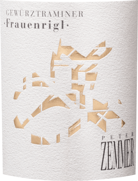 Der kraftvolle Frauenrigl Gewürztraminer Südtirol aus dem Hause Peter Zemmer schimmert mit dichtem Kupfergold ins Glas. Nach dem ersten Schwenken, offenbart dieser Weißwein eine hohe Dichte und Fülle, was sich in deutlichen Kirchenfenstern am Glasrand zeigt. Dieser sortenreine italienische Wein offenbart im Glas herrlich ausdrucksstarke Noten von Lavendeln, Apfel, Mango und Ananas. Hinzu gesellen sich Anklänge von Zimt, Kakaobohne und Wacholder. Dieser italienische Wein begeistert durch sein elegant trockenes Geschmacksbild. Er wurde mit lediglich 1,7 Gramm Restzucker auf die Flasche gebracht. Hier handelt es sich um einen echten Qualitätswein, der sich klar von einfacheren Qualitäten abhebt und so verzückt dieser Italiener natürlich bei aller Trockenheit mit feinster Balance. Aroma benötigt eben nicht zwangsläufig Zucker. Am Gaumen präsentiert sich die Textur dieses druckvollen Weißweins wunderbar dicht. Durch die balancierte Fruchtsäure schmeichelt der Frauenrigl Gewürztraminer Südtirol mit weichem Mundgefühl, ohne es dabei an saftiger Lebendigkeit missen zu lassen. Im Abgang begeistert dieser Weißwein aus der Weinbauregion Trentino-Alto Adige schließlich mit beachtlicher Länge. Erneut zeigen sich wieder Anklänge an Apfel und Lilie. Im Nachhall gesellen sich noch mineralische Noten der von Kalkstein und Sand dominierten Böden hinzu. Vinifikation des Peter Zemmer Frauenrigl Gewürztraminer Südtirol Dieser kraftvolle Weißwein aus Italien wird aus der Rebsorte Gewürztraminer vinifiziert. Die Trauben wachsen unter optimalen Bedingungen in Trentino-Alto Adige. Die Reben graben hier ihre Wurzeln tief in Böden aus Sand und Kalkstein. Nach der Lese gelangen die Trauben umgehend in die Kellerei. Hier werden Sie selektiert und behutsam gemahlen. Anschließend erfolgt die Gärung im Edelstahltank bei kontrollierten Temperaturen. Der Gärung schließt sich eine Reifung für einige Monate auf der Feinhefe an, bevor der Wein schließlich abgezogen wird. Speiseempfehlung zum Peter Zemm