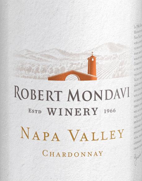 Die Trauben für den Chardonnay Napa Valley von Robert Mondavi wachsen im sonnigen Weinanbaugebiet Kalifornien. Dieser rebsortenreine Weißwein erfreut mit lebhafter Frische und geschmeidiger Textur. Dieser Wein erstrahlt in einem klaren Strohgelb mit hellgoldenen Reflexen. Intensive, verlockend fruchtige Aromen prägen das Bouquet: Knackiger Apfel, saftige Birne, reife Melone und frische Quitten - unterlegt von weißen Blüten, einem Hauch Vanille und etwas Muskatnuss. Die Aromatik des Bouquets geht nahtlos in den Gaumen über und sorgt für ein rundes, üppiges, cremiges Mundgefühl, das perfekt von einer knackigen Säure ausbalanciert wird. Der Nachhall von eleganter Länge rundet diesen amerikanischen Weißwein perfekt ab. Vinifikation des Mondavi Napa Valley Chardonnay Über den gesamten September hinweg werden die Chardonnay-Trauben für diesen Weißwein in den frühen Morgenstunden gelesen. Im Weinkeller angekommen wird das Lesegut sanft gepresst. Dieser Wein wird sowohl in Edelstahltanks (20%) als auch in Holzfässern aus französischer Eiche (80%) vinifiziert und ausgebaut. Bei regelmäßiger Bâtonnage (das Aufrühren der Hefe) reift dieser Wein für 8 Monate auf der Feinhefe. Speiseempfehlung für den Napa Valley Robert Mondavi Chardonnay Dieser trockene Weißwein aus den USA ist ein toller Begleiter zu frischen Austern mit einem Spritzer frischer Zitrone, selbstgemachter Spargelquiche oder auch zu allerlei Gerichten der thailändischen Küche.