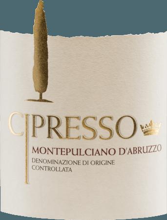 Der Montepulciano d'Abruzzo von Cipresso leuchtet lebhaft rubinrot im Glas. Dieser Rotwein zeichnet sich durch eine direkte, einladende Nase mit Noten nach Gewürzen und Waldfrüchten (Walderdbeeren, Blaubeeren) sowie einer Spur Sauerkirscharoma aus. Weich, harmonisch und warmherzig schmiegt dieser italienische Wein sich mit reifen, ausgewogenen Tanninen an den Gaumen und mündet in einen langen, angenehmen Nachhall. Vinifikation des Cipresso Montepulciano d'Abruzzo Die von Hand gelesenen vollreifen Trauben des Weingutes Cipresso werden zunächst entrappt, gemaischt und die daraus entstandene Maische temperaturkontrolliert in Edelstahltanks vergoren. Danach wird die Maische abgepresst und dieser Wein reift für eine Weile in den Tanks. Speiseempfehlung für den Montepulciano d'Abruzzo Cipresso Dieser trockene Rotwein aus Italien passt wunderbar zu reichhaltigen, üppigen Vorspeisen (Antipasti und Tappas), zu rotem Fleisch und Wild sowie zu pikanten Käsesorten.