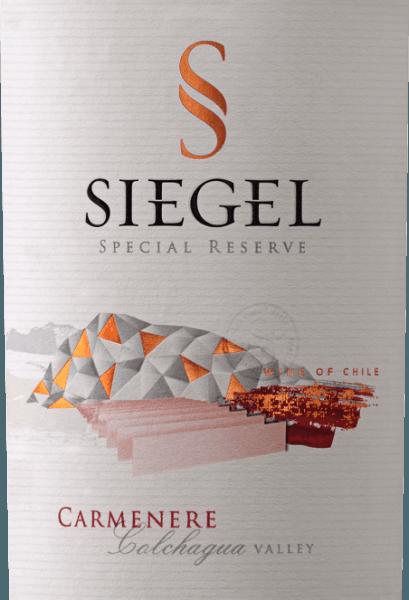 Der Special Reserve Carménère von Viña Siegel präsentiert sich mit einem kräftigen violett-rot und einem reichhaltigen Bouquet. Dieses verführt mit den Aromen gemahlener, schwarzer Gewürze, Sternanis und schwarzem Pfeffer in einem harmonischen Zusammenspiel von dunklen Waldbeeren. Dieser chilenische Rotwein sorgt mit seinen geschliffenen Tanninen für ein saftiges Mundgefühl und geht mit einem delikaten Schmelz in sein Finale. Vinifikation für den Special Reserve Carménère von Viña Siegel Nach der Lese werden die Trauben für 5 Tage einer kalten Mazeration und der alkoholischen Gärung bei 27-29° Celsius unterzogen für eine dunklere Farbe und bessere Struktur. Nach der zweiwöchigen Mazeration wird der Wein von den Hefen separiert und die malolaktische Fermantation schließt sich an. Danach wurde der Wein für 10-12 Monate in französischer Eiche ausgebaut. Speiseempfehlung für den Special Reserve Carménère Genießen Sie diesen trockenen Rotwein zu aromatischen Gerichten mit Schwein, cremiger Pasta, gegrilltem Fleisch oder Wild und Ente. Auszeichnungen für denCarménère Special Reserve Descorchados: 90 Punkte für 2014 International Wine & Spirit Competition: Silber für 2014