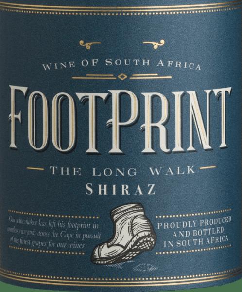 Der Footprint Shiraz von African Pride zeigt sich in einer tiefen roten Farbe mit violetten Nuancen. Das kräftige und komplexe Bouquet entfaltet würzige Aromen von weißem Pfeffer, Veilchen und üppige Noten nach Johannisbeeren. Am Gaumen präsentiert sich dieser südafrikanische Rotwein mit einem runden sowie weichen Charakter, der von ausgewogenen Tanninen begleitet wird. Das Finale wird von der herrlichen Frucht und der angenehmen Würze getragen. Speiseempfehlung für den Footprint Shiraz Dieser Rotwein aus Südafrika ist ein toller Speisebegleiter zur mexikanischen Spzezialitäten, wie Chiles en nogada und Cochinita Pibil, sowie zu Braten und würzigen Käsesorten.
