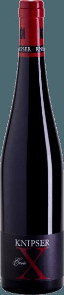 Die Cuvée X aus dem Hause Knipser ist ein Rotwein von monumentaler Größe, der so nur noch am Atlantik in Frankreich zu finden ist. Wahrscheinlich der einzige deutsche Rotwein, der es mit den Gewächsen aus Pauillac, Margaux und Pomerol aufnehmen kann. Die Knipser Brüder wussten genau, dass Sie dieser aus verschiedenen Cabernetsorten und Merlot gekelterten Wein, im Stile eines Bordeaux, in die Wein-Topliga befördern wird. Ins Glas kommt die Knipser Cuvée X mit dichter rubinroter Farbe und purpurnen Reflexen. Die Nase offenbart ungeahnte Kraft gepaart mit einer herb-dunklen Frucht und eine Vielzahl an würzigen Aromen wie Zigarrenkiste, Kaffee, Tabak und Gewürzen neben vielerlei roten Früchten. Am Gaumen begeistert diese Spitzen-Cuvée von Knisper vollends durch nie enden wollende Länge, eine vitale Fruchtsäure und stimmige Tannine. Vinifikation der Knipser Cuvée X Der Ausbau dieser Cuvée basiert ausschließlich auf solidester Handwerkskunst, gepaart mit einzigartigen klimatischen Verhältnissen und einem Untergrund, fast wie im Bordeaux. Kontrolliertes Nichtstun im Keller bringt das beste Resultat ins Glas. Allen Rebsorten ist zu Eigen, dass sie auf Kalksteinböden wachsen und die Trauben vor dem Einmaischen entrappt, also vom Stielgerüst getrennt werden. So entsteht ein besonders feines Tanningerüst. Der Ausbau in Barriques aus französischer Eiche von 225 Liter Fassungsvermögen, mit einer Reife von bis zu 24 Monaten vor der Füllung, ergeben langlebige und intensiv duftige Weine. Den größten Teil der Cuvée X macht dabei der Cabernet Sauvignon aus, der ca. 45% in der Assemblage ausmacht. Etwa 33% sind Merlot, ergänzt um 22% Cabernet Franc. Speiseempfehlung für die Cuvée X von Knipser Am besten genießen Sie diesen Pfälzer Stern am Weinhimmel an einer feierlich gedeckten Tafel, zu Schmorbacken vom Kalb oder einer im Ofen gegarten Lammkeule mit mediterranem Gemüse und einer kräftigen Jus. Auch vor kurzgebratenem, wie Entrecote oder Filet braucht sich dieses Kraftpaket nicht ve