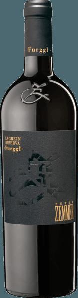 Der im Fass ausgebaute Furggl Lagrein Südtirol Riserva aus der Weinbau-Region Trentino-Alto Adige zeigt sich im Glas in leuchtendem Purpurrot. Nach dem ersten Schwenken, kann man bei diesem Rotwein eine erstklassige Balance wahrnehmen, denn er zeichnet sich an den Glaswänden weder wässrig noch sirup- oder likörartig ab. Idealerweise in ein Rotweinglas eingegossen, offenbart dieser Wein aus Italien herrlich vornehm Aromen nach Parfum-Rose, Lilie, Pflaume und Lavendel, abgerundet von weiteren fruchtigen Nuancen, die der Fassausbau beisteuert. Dieser Rote von Peter Zemmer ist genau das richtige für alle Weintrinker, die möglichst wenig Restsüße im Wein mögen. Dabei zeigt er sich aber nie karg oder spröde, wie man es bei einem Wein dieser Preisklasse natürlich auch erwartet. Ausgeglichenen und komplex präsentiert sich dieser dichte Rotwein am Gaumen. Durch die balancierte Fruchtsäure schmeichelt der Furggl Lagrein Südtirol Riserva mit samtigem Gefühl am Gaumen, ohne es gleichzeitig an Frische missen zu lassen. Das Finale dieses Rotweins aus der Weinbauregion Trentino-Alto Adige, genauer gesagt aus Alto Adige /Südtirol DOC, begeistert schließlich mit beachtlichem Nachhall. Der Abgang wird zudem von mineralischen Anklängen der von Lehm dominierten Böden begleitet. Vinifikation des Peter Zemmer Furggl Lagrein Südtirol Riserva Dieser Rotwein legt den Augenmerk klar auf eine Rebsorte, und zwar auf Lagrein. Für diesen wunderbar balancierten reinsortigen Wein von Peter Zemmer wurde nur erstklassiges Traubenmaterial verwendet. Die Trauben wachsen unter optimalen Bedingungen in Trentino-Alto Adige. Die Reben graben hier ihre Wurzeln tief in Böden aus Lehm. Nach der Weinlese gelangen die Trauben umgehend ins Presshaus. Hier werden Sie sortiert und behutsam gemahlen. Es folgt die Gärung im Edelstahltank, kleinen Holz und großes Holz bei kontrollierten Temperaturen. Der Gärung schließt sich eine Reifung für einige Monate auf der Feinhefe an, bevor der Wein schließlich in Flaschen a
