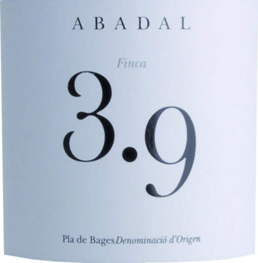 Mit dem Abadal Abadal 3.9 kommt ein erstklassiger Rotwein ins Weinglas. Hierin zeigt er eine wunderbar dichte, purpurrote Farbe. Gibt man ihm im Weinglas durch Schwenken etwas Luft, so offenbart dieser Rotwein eine hohe Viskosität, was sich in starken Kirchenfenstern am Glasrand zeigt. Die Nase dieses Rotweins aus Kataloniens überzeugt mit Aromen von Zwetschke, schwarze Johannisbeere, Schwarzkirsche und Pflaume. Spüren wir der Aromatik weiter nach, kommen sonnenwarmes Gestein und Waldboden hinzu. Dieser trockene Rotwein von Abadal ist für Weingenießer, die am liebsten 0,0 Gramm Zucker im Wein hätten. Der Abadal 3.9 kommt dem bereits sehr nahe, wurde er doch mit gerade einmal 1,7 Gramm Restzucker vinifiziert. Am Gaumen präsentiert sich die Textur dieses druckvollen Rotweins wunderbar samtig und dicht. Durch die moderate Fruchtsäure schmeichelt der Abadal 3.9 mit weichem Gaumengefühl, ohne es gleichzeitig an saftiger Lebendigkeit missen zu lassen. Im Abgang begeistert dieser Rotwein aus der Weinbauregion Katalonien schließlich mit beachtlicher Länge. Erneut zeigen sich wieder Anklänge an Maulbeere und Schwarzkirsche. Vinifikation des Abadal Abadal 3.9 Dieser kraftvolle Rotwein aus Spanien wird aus den Rebsorten Cabernet Sauvignon und Syrah gekeltert. Natürlich wird der Abadal 3.9 auch von Klima und Weinbaustil Pla de Bages DO bestimmt. Dieser Spanier kann im wahrsten Sinne des Wortes als Wein der Alten Welt bezeichnet werden, der sich außergewöhnlich komplex präsentiert. Nach der Lese gelangen die Trauben auf schnellstem Wege ins Presshaus. Hier werden Sie selektiert und behutsam gemahlen. Anschließend erfolgt die Gärung im kleinen Holz bei kontrollierten Temperaturen. Nach ihrem Ende wird der Abadal 3.9 noch für 12 Monate in Barriques aus Eichenholz ausgebaut. Speiseempfehlung zum Abadal Abadal 3.9 Trinken Sie diesen Rotwein aus Spanien am besten temperiert bei 15 - 18°C als begleitenden Wein zu Nudeln mit Bratwurstklößchen, Lammragout mit Kichererbsen und getrocknet