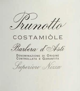 Der Costamìole Barbera d'Asti Superiore Nizza DOCG von Prunotto ist ein herrlicher Cru aus dem Piemont. Im Glas leuchtet der Costamìole Barbera in tiefdunklem Granat- und Rubinrot mit violetten und schwarzen Reflexen. An der Nase entfaltet sich ein reichhaltiges, fruchtiges Bouquet, insbesondere mit Aromen von Pflaume und Kirsche, Duftnoten von Veilchen, Zimt, Kakao und Leder. Am Gaumen präsentiert sich der Costamìole einnehmend, ansprechend dicht und reich an weichen, aber gut strukturierten, komplexen Tanninen. Der Abgang ist lang, voller Würze und Nachhaltigkeit. Vinifikation des Costamìole Barbera d'Asti Superiore Nizza DOCG von Prunotto Im Gebiet von Agliano, etwa 19 km von Asti, zwischen Nizza Monferrato und Tiglione befinden sich 27 ha Weinberg mit Barbera d'Asti, für die Weine Costamìole und Fiulot. Das Klima ist etwas wärmer als in der Region von Alba, die Böden ähneln jedoch in ihrer Zusammensetzung an manchen Stellen den Mergelböden des Barolo. Aus diesem Weinberg entstehen frisch und junge Weine, aber auch Weine mit Alterungspotential. Rebsortentypisch für die Barbera von Costamìole sind Duftnoten von reifen Kirschen, Pflaumen, Brombeeren und Himbeeren, sowie die granatrote Farbe.Die Trauben werden nach der Entrappung und Pressung temperaturkontrolliert auf den Schalen mazeriert, welche drei Mal täglich untergerührt werden, um eine höhere Extraktion zu erhalten. Der Ausbau in Barriques aus französischer Eiche über 18 Monate folgen weitere 18 Monate Flaschenausbau. Der Costamìole Barbera d'Asti Superiore Nizza kann mindestens 13 Jahre gelagert werden. Speiseempfehlung für den Costamiòle Barbera d'Asti Superiore Nizza von Prunotto Genießen Sie diesen vollmundigen Barbera d'Asti Superiore als perfekten Begleiter zu Braten von rotem Fleisch, Wildgerichten und gereiften Käsesorten.Wir empfehlen, den Costamìole 2 Stunden vor dem Servieren zu öffnen. Auszeichnungen für den Costamiòle Barbera d'Asti Superiore Nizza DOCG von Prunotto I Vini di Veronelli: 94 Punkt