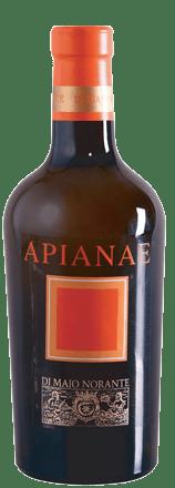 Der Apianae Moscato del Molise DOC von Di Majo Norante überrascht und begeistert Liebhaber von Weinen aus der Moscato-Traube. Im Glas glänzt der Apianae sanft goldgelb mit zarten bernsteinfarbenen Reflexen. An der Nase entfaltet sich ein intensives und gleichzeitig frisches Bukett mit den rebsortentypischen Duftnoten von Orangenblüten und Zitrusblütenhonig, im Hintergrund kandierte Früchte. Im Geschmack herrlich süß und sortentypisch Muskateller-Aromen, am Gaumen dennoch trocken, durch die schön eingebundene, elegante Säure ausgewogen, cremig und rund. Langer, nachhaltiger Abgang mit der typischen Muskatnote im langen Nachhall. Vinifikation des Apianae Moscato del Molise von Di Majo Norante Die antike Moscato-Rebe ist Überlieferungen zufolge bereits im Altertum vor Christi bekannt und über Jahrhunderte beliebt gewesen, sie wurde unter dem Namen Apicia oder Apianae angebaut. Die 100% Moscato-Trauben, die auf sandigen und lehmigen Böden der Weinberge von Di Majo Norante gedeihen, werden auf der Pflanze getrocknet und kriomazeriert. Im Anschluß werden sie leicht gepresst, um die Dufnoten zu erhalten, und langsam bei kontrollierter Temperatur vergoren. Die malolaktische Gärung wird vollständig im Faß ausgeführt, gefolgt von 12 Monaten Ausbau in Edelstahlwannen und weiteren 6 Monaten Flaschenlagerung. Speiseempfehlung für den Apianae Moscato del Molise DOC von Di Majo Norante Ein herrlicher Meditationswein. Für lange Abende in philosophischer Runde. Als Dessertwein zu Kuchen und Gebäck, der aber auch sehr schön zu gereiftem und zu geräuchtern Käse oder zum Paté-de-Foie, der klassischen Gänsestopfleber, passt. Auszeichnungen für den Apianae Moscato del Molise von Di Majo Norante Gambero Rosso: 2 Gläser für 2013 I Vini di Veronelli: 91 Punkte, 3 Sterne für 2013 Doctor Wine: 92 Punkte für 2013 Duemila Vini: 5 Trauben für 2013 Robert M.Parker: 92 Punkte für 91 Punkte für 2012