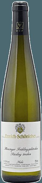 Der Monzinger Frühlingsplätzchen Riesling Qualitätswein trocken von Emrich-Schönleberentfaltet eine fein-duftige Nase mit einer frischen Aromatik von Kern- und Steinobstfrüchten (Apfel, Aprikose). Frische Blüten- und mineralische Zitrusfruchtnuancen runden den Duft ab. Im Mund präsentiert er sich klar und feinsaftig sowielebhaft und frischmit konzentriertem Körper, fester Struktur, besonders muskulöser Erscheinung, Charakter und einem zarten, mineralischen Druck. Letzterer gewinnt am Gaumen an Intensität und enthüllt eine schöne Salzigkeit im langen Abgang. In Verbindung mit hellen Blütenaromen ergibt sich so ein komplexer Geschmack.Reichen Sie ihn zu Gemüse, Geflügel und diversen Weichkäsesorten.