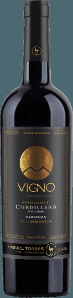 Die Trauben für den rebsortenreinen Cordillera Carignan von Miguel Torres Chile gedeihen im Valle de Maule im schönen chilenischen Weinanbaugebiet Valle Central. Im Glas erstrahlt bei diesem Wein ein intensives Rubinrot mit dunkelroten Glanzlichtern. Das aromatische Bouquet wird von reifen, dunklen Beeren dominiert. Die üppige Beerenfrucht wird von feinen Noten nach Kräutern, Würze und Rauch umhüllt. Dezent gesellen sich noch Röstnoten der Eiche und ein Hauch Vanille dazu. Die aromatische Frucht ist auch am Gaumen herrlich präsent und verschmilzt mit dem vollmundigen Körper zu einer wundervollen Harmonie. Die festen, doch sanften Tannine und die frische Säure sind sehr gut in den Körper eingebunden. Das runde, harmonische Finale überzeugt mit angenehmer Länge und einem leicht kräuterwürzigem Nachhall nach Minze und Lorbeer. Vinifikation des Torres CordilleraCarignan In den Monaten März und April werden die Trauben für diesen Rotwein gelesen. Im Weinkeller angekommen werden die Trauben sorgsam selektiert, vollständig entrappt und eingemaischt. Anschließend wird die Maische für 10 Tage bei kontrollierter Temperatur von 25 Grad Celsius im Edelstahltank vergoren. Dieser Wein bleibt für 25 Tage auf der Maische liegen, damit aus den Beerenschalen die Aromen, die Farbe und die Tannine konzentriert werden können. Nachdem dieser Wein behutsam abgezogen wurde, reift dieser für insgesamt 12 Monate in Fässern aus französischer Eiche. Davon sind 30% neues Holz und 70% Fässer aus Erstbelegung. Speiseempfehlung für denCarignan Miguel Tores Cordillera Dieser trockene Rotwein aus Chile ist ein toller Begleiter zu gebratenem sowie gegrillten Geflügel, allerlei Pasteten oder auch zu würzigen Ragouts und pikanten Pasta-Gerichten.