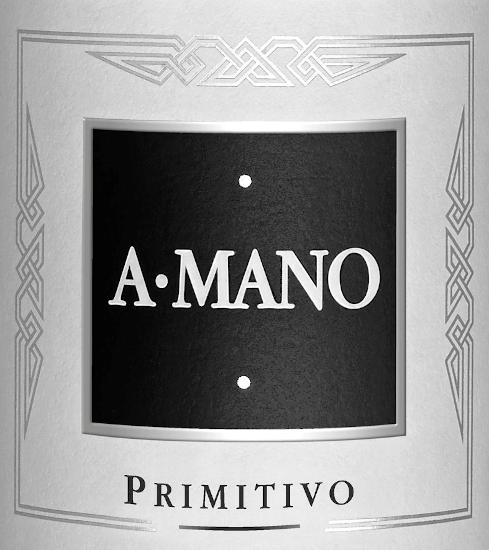 In dem wunderschönen Apulien - im Süden von Italien - wird der rebsortenreine, fruchtig-frische Primitivo von A Mano vinifiziert. Ein fast schon schwarzes Rubinrot mit bläulichen Glanzlichtern leuchtet bei diesem Wein im Glas. Die Nase erfreut sich an intensiven Aromen nach reifen schwarzen Johannisbeeren sowie saftigen Heidelbeeren. Untermalt wird die warme Beerenfrucht von Noten nach Leder, Anis und etwas Zeder. Am Gaumen ist dieser italienische Rotwein sehr vielschichtig und konzentriert mit einer ausdrucksstarken Persönlichkeit. Das Finale überzeugt mit angenehmer Länge, Eleganz und Großzügigkeit. Speiseempfehlung für den A Mano Primitivo Dieser trockene Rotwein aus Italien passt hervorragend zu Gerichten aus der mediterranen Küche, gemütlichen Grillabenden oder auch zu ausgewählten Käsesorten.