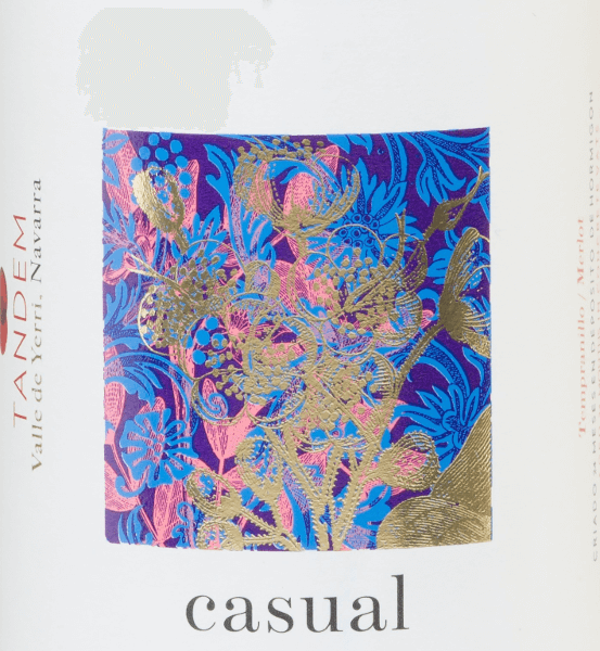 Die fruchtig-frische Rotwein-Cuvée Casual Tinto vonVitivinicola Tandem wird aus den Rebsorten Tempranillo (90%) und Merlot (10%) vinifiziert. Im Glas leuchtet ein tiefdunkles Kirschrot mit rubinroten Reflexen. Das aromatische Bouquet verwöhnt die Nase mit Noten nach saftigen Herzkirschen, frischen Erdbeeren und reifen Himbeeren. Unterlegt werden die Aromen der Nase von intensiv blumigen Anklängen nach Veilchen. Am Gaumen ist dieser spanische Rotwein herrlich frisch mit einem ausdrucksvollen Körper. Die beerige Aromatik wird von einem mineralischen Hauch begleitet. Das Finale wartet mit wundervoller, angenehmer Länge auf. Speiseempfehlung für denCasual Tinto Tandem Genießen Sie diesen trockenen Rotwein aus Spanien zu Schmorbraten nach Omas Rezept, italienischer Pasta in dunkler Sauce oder auch zu würzigen Käsesorten. Auszeichnungen für den Tandem Casual Tinto Mundus Vini: Silber für 2014