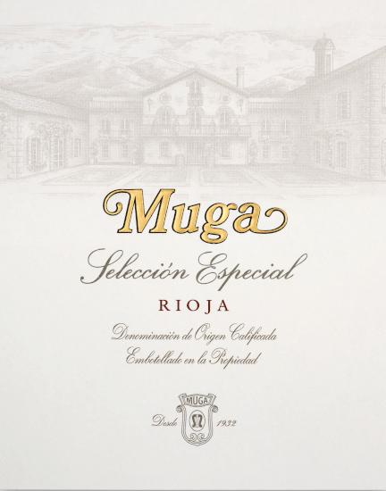 Die Seleccion Especial von Bodegas Muga aus dem spanischen Weinanbaugebiet DOCa Rioja ist eine vielschichtige, harmonische und finessenreiche Rotwein-Cuvée, die aus den Rebsorten Tempranillo, Grenache, Mazuelo und Graciano vinifiziert wird. Im Glas schimmert dieser Wein einem sehr tiefen, dichten Kirschrot mit dunkelvioletten Glanzlichtern. Das ausdrucksvolle Bouquet offenbart reife, rote Beerenfrüchten - besonders Himbeere und rote Johannisbeere treten hervor - ergänzt um Gewürznoten nach frisch gemahlenen Pfeffer, geröstetem Kaffee, feinen Anklängen nach Toffee und gut integrierte Eichennuancen. Am Gaumen besitzt dieser spanische Rotwein eine wundervoll seidige Textur, die sich von präsenten, aber unaufdringlichen Tanninen ummanteln lässt. Die ausgewogene Struktur verleiht diesem Rotwein seine elegante Persönlichkeit und ist bis in den angenehm lange Nachhall präsent. Vinifikation desBodegas MugaSeleccion Especial Die Reben wachen aufTon-Kalk-Terrassen aus der Tertiärzeit in den WeinbergenMontes Obarenes und Sierra Cantabria.Dieser Rotwein wird nur in Spitzenjahrgängen vinifiziert. Das Lesegut wird im Weinkeller von Bodegas Muga streng selektiert und für die Gärung vorbereitet. Diese findet in Eichenholzfässern mit natürlichen Hefen statt. Danach erfolgt der Holzausbau für insgesamt 26 Monate in Holzfässern aus französischer Eiche (davon sind 40% und 60% aus Zweitbelegung). Nachdem dieser elegante Rotwein auf die Flaschen gefüllt wurde, rundet er noch in den Weinkellern für mindestens 12 Monate harmonisch ab. Speiseempfehlung für denSeleccion Especial von Bodegas Muga Genießen Sie diesen trockenen Rotwein aus Spanien zu Lammkarree in feinem Kräutermantel, zartem Rinderfilet in dunkler Sauce oder auch zu ausgewählten Wurst- und Käsespezialitäten.
