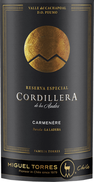 Der elegante Cordillera Carmenère von Miguel Torres Chile leuchtet mit leuchtendem Purpurrot ins Glas. Dieser sortenreine chilenische Wein zeigt im Glas herrlich ausdrucksstarke Noten von Schwarzen Johannisbeeren, Maulbeeren, Brombeeren und Heidelbeeren. Hinzu gesellen sich Anklänge von Vanille, Lebkuchen-Gewürz und orientalischen Gewürzen. Der Miguel Torres Chile Cordillera Carmenère präsentiert sich dem Weinenthusiasten herrlich trocken. Dieser Rotwein zeigt sich dabei nie grobschlächtig oder karg, wie man es bei einem Wein im hohen Qualitätsweinbereich erwarten kann. Am Gaumen präsentiert sich die Textur dieses ausgeglichenen Rotwein wunderbar samtig und dicht. Im Abgang begeistert dieser jugendliche Rotwein aus der Weinbauregion Valle Central schließlich mit beachtlicher Länge. Es zeigen sich erneut Anklänge an Maulbeere und Heidelbeere. Im Nachhall gesellen sich noch mineralische Noten der von Vulkangestein dominierten Böden hinzu. Vinifikation des Cordillera Carmenère von Miguel Torres Chile Der balancierte Cordillera Carmenère aus Chile ist ein reinsortiger Wein, hergestellt aus der Rebsorte Carmenère. Die Trauben wachsen unter optimalen Bedingungen im Valle Central. Die Reben graben hier ihre Wurzeln tief in Böden aus Vulkangestein. Die Trauben für diesen Rotwein aus Chile werden, nachdem die optimale Reife sichergestellt wurde, ausschließlich von Hand geerntet. Nach der Weinlese gelangen die Weintrauben zügig in die Kellerei. Hier werden sie selektiert und behutsam gemahlen. Anschließend erfolgt die Gärung im kleinen Holz bei kontrollierten Temperaturen. Nach ihrem Ende wird der Cordillera Carmenère noch für 11 Monate in Fässern aus französischer Eiche ausgebaut. Speiseempfehlung für den Cordillera Carmenère von Miguel Torres Chile Dieser Chilene sollte am besten temperiert bei 15 - 18°C genossen werden. Er eignet sich perfekt als begleitender Wein zu Kalbstafelspitz mit Bohnen und Tomaten, pikantes Curry mit Lamm oder Zitronen-Chili-Hühnchen mit Bulgur.