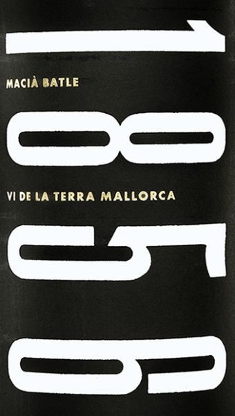 The 1856 Vi de la Terra Mallorca from Macìa Batle shines in strong, intense cherry red, with brick-coloured reflections in the glass. On the nose, complex aromas of ripe red fruits unfold, framed by spicy aromas of clove and pepper, balsamic notes, vanilla, as well as warm, pleasant toasted notes of barrique ageing. On the palate, this Mallorcan red wine captivates with a powerful body, a balanced and harmonious interplay of fruit and wood notes, soft and well integrated tannins. The finish is long and persistent. Vinification of the 1856 Vi de la Terra Mallorca by Macìa Batle For this red wine the autochthonous grape variety Manto Negro is vinified with Cabernet Sauvignon, Merlot and Syrah. The harvest of the grapes from 25 year old vines takes place exclusively by hand. In the wine cellar the grapes are gently crushed and fermented at controlled temperature in stainless steel tanks. Once the fermentation process is complete, this Spanish red wine is aged for 12 months in French oak barriques. Finally, this wine is poured into the bottle and rests in this still some time further to harmoniously round off. Food recommendation for the 1856 Vi de la Terra Mallorca by Macìa Batle Enjoy this powerful red wine from Mallorca with tasty dishes, tapas, spicy chorizo, grilled or braised red meat, game and mature cheeses.