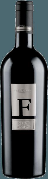 Der Negroamaro F von Cantine San Marzano aus dem italienischen Weinanbaugebiet Apulien ist ein herausragender, komplexer und körperreicher Rotwein. Dieser Wein besitzt eine dunkel-violette Färbung mit schwarzem Kern im Glas. Das Bouquet brilliert hier mit einer Dichte und offenbart eine Aromatik von reifen schwarzen Brombeeren. Auch Noten von Kirschkonfitüre und Pflaumenkompott sind deutlich auszumachen und verbinden sich mit Anklängen von Kakao, Nelken, Zimt und Thymian. Seidig schmeichelt die dichte Tanninstruktur dem Gaumen. Hier dominieren die Frucht- und Würzaromen, welche von einer feinen Säure ausbalanciert werden. Auch kommt der volle und dichte Körper dieses kräftigen Weines zur Geltung. Ein sehr langer Nachhall rundet das Weinerlebnis ab. Vinifikation des San Marzano Negroamaro F Der reinsortige Negroamaro entstammt autochthonen Reben und einer optimalen Lage, um Frucht und Tiefe zu betonen. Geringe Erträge, die dem Kalkfelsboden geschuldet sind und heiße Winde aus Afrika bedingen eine gesunde Entwicklung der Trauben und forcieren die hohe Qualität des Rebguts. Die reiche Winzertradition des Gebietes um Taranto und San Marzano ergibt eine Fülle von autochthonen Rebsorten und damit die Möglichkeit viele spannende, gebietstypische und hochwertige Weine zu kreieren. Die Trauben für denNegroamaro F werden vornehmlich im September per Handlese geerntet. Der letzte Schritt der Veredelung des Weines besteht darin, ihn für 12 Monate in französischen und kaukasischen Eichfässern zu lagern. Hier können seine sortentypischen Gerbstoffe und die ihm eigenen Fruchtaromen optimal reifen und arbeiten. Speiseempfehlung für den Cantine San Marzano Negroamaro F Die Trinktemperatur beträgt 18°C. Erfreuen Sie sich an diesem Rotwein aus Italien pur, ohne Begleitung von Essen oder genießen Sie ihn zu delikaten Vorspeisen, rotem Fleisch, Wild und Pecorino.