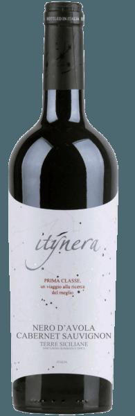 Der Itinera Prima Classe Nero d'Avola Cabernet Sauvignon IGT gehört in die Prima Classe-Linie von Mondo del Vino. Im Glas zeigt diese Rotweincuvée sich in einem sehr dunklen Rubinrot und mit einem fruchtigen und beerigen Bouquet. Dieses wird abgerundet durch die Aromen von Kirschen und Vanille. Dieser Nero d'Avola verführt am Gaumen mit seiner Frische, dem eleganten Körper und mit seinem weichen Eindruck, bevor er in ein elegantes Finale übergeht. Vinifikation für den Itinera Prima Classe Nero d'Avola Cabernet Sauvignon Diese Cuvée wird aus den Rebsorten Nero d'Avola und Cabernet Sauvignon vinifiziert. Der Ausbau dieses Rotweines erfolgte für 6-8 Monate in Barriquefässern. Speiseempfehlung für den Itinera Prima Classe Nero d'Avola Cabernet Sauvignon Genießen Sie diesen trockenen Rotwein zu Schweinelendchen, Thunfischsteak, Manchego oder Pecorino.