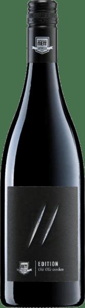 Der Olé Olá von Bergdolt-Reif & Nett ist ein expressiver Rotwein, der eine leuchtende, kirschrote Farbe im Glas zeigt. Er offeriert der Nase Aromen von reifen Brom- und Johannis-Beeren, ergänzt von feinem Holz, Zimt sowie kräutrig-ätherischen Nuancen. Am Gaumen startet der Olé Olá Rotwein von Bergdolt-Reif & Nett mit schönem Griff, feiner Säure und eleganten Tanninen. Ein lebendiger, trinkfreudiger und dennoch tiefgründiger Wein mit beachtlicher Länge. Vinifikation des Olé Olá von Bergdolt-Reif & Nett Der Olé Olá Rotwein von Bergdolt-Reif & Nett ist eine traumhafte Pfälzer Cuvée aus Merlot und Cabernet Sauvignon, angereichert um Cabernet Mitos und Cabernet Cubin. Der Ausbau dieses herrlichen Rotweins erfolgte über 18 Monate im großen Holzfass und in gebrauchten Barriques. Speiseempfehlung zum Olé Olá von Bergdolt-Reif & Nett Genießen Sie diesen saftig-süffigen Rotwein mit Struktur und Rückgrat zu Gulasch, Schweinemedaillons oder einfach nur so.