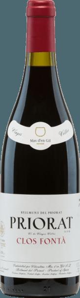 DerClos FontáVi de Finca von Mas d'en Gil ist eine tiefgründige, ausdrucksstarke Rotwein-Cuvée aus den Rebsorten Grenache (60%) undCariñena (40%). Dieser Wein wird im katalonischen Priorat in Spanien angebaut. Im Glas schimmert in dunkles Kirschrot mit purpurnen Glanzlichtern. Die Nase erfreut sich an einem intensiven Bouquet, welches Aromen nach roten und schwarzen Beerenfrüchten offenbart - angefangen von Brombeere über schwarze Johannisbeere bis hin zu Boysenbeere und Himbeere. Die Aromen der Nase werden von balsamischen und mineralischen Noten begleitet. Der lebendige, saftige und ausdrucksvolle Charakter umschmeichelt gekonnt den Gaumen. Die weiche Tanninstruktur ist herrlich präsent und führt in ein sehr lang anhaltendes Finale mit mineralischen Nuancen. Vinifikation desMas d'en GilClos FontáVi de Finca Die Trauben für diesen spanischen Rotwein wachsen an ca. 60 Jahre alten Rebstöcken auf quarz- und schieferhaltigen Böden in Steillage (300-400 m Höhe). Die Lese findet im Zeitraum von August bis September statt. Die Trauben werden sorgsam von Hand selektiert und bereits im Weinberg selektiert. Das Lesegut wird im Weinkeller sanft gepresst und die darauf entstandene Maische inoffenen großen Holzfässern und Edelstahltanks vergoren. Abschließend ruht dieser Wein für 14 Monate in Fässern aus französischer Eiche. Dadurch gewinnt dieser Rotwein seine kräftige Farbe, seine wundervolle Aromenvielfalt und seine markanten, aber doch weichen Tannine. Speiseempfehlung für denClos Fontá von Mas d'en Gil Genießen Sie diesen trockenen Rotwein aus Spanien frühzeitig dekantiert zu aufwendigen Bratengerichten in dunkler Sauce mit herzhaften Beilagen oder auch zu einem frisch gegrillten Rindersteak. Auszeichnungen für denClos FontáVi de Finca Guía Proensa: 93 Punkte für 2013