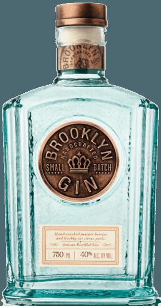 Der Brooklyn New Western Gin umschmeichelt die Nase mit frischen Zitrusaromen, welche von Lavendel und Koriander begleitet werden. Geschmacklich begeistert dieser amerikanische Gin durch intensive Wacholdernoten, welche durch Zitrus ergänzt werden. Die Besonderheit dieses New Western Gins ist die Verwendung von 5 verschiedenen Zitrusschalen und handgeknackter Wacholderbeeren. Auf der Vorderseite der Flasche befindet sich das große Logo, welches unterstreicht, dass es sich bei diesem Gin um einen nach dem Small-Batch-Verfahren destillierten Gin handelt.