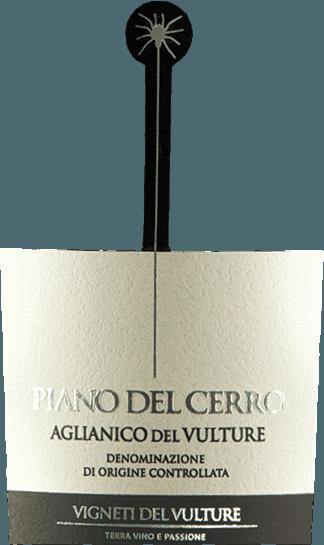 Der Piano del Cerro Aglianico del Vulture von Vigneti del Vulture ist ein sortenreiner Aglianico aus dem Süden Italiens, der mit einem warmen und vollen Charakter begeistert. Herrliche Noten roter Früchte sowie angenehm balsamische und würzige Anklänge machen diesen vollfruchtigen Rotwein zu einem Gaumenschmeichler erster Güte. DerPiano del Cerro Aglianico del Vulture DOC von Vigneti del Vulturebesitzt einen warmen und vollen Charakter. Das Bouquet dieses traumhaften Rotweins aus Basilikata verwöhnt mit herrlichen Noten roter Früchte sowie angenehm balsamischen und würzigen Anklängen. Vinifikation des Piano del Cerro Die Aglianico-Trauben für diesen Spitzen-Rotwein aus Basilikata wachsen auf vulkanischen Böden, die das besondere Potenzial der DOC Aglianico del Vulture ausmachen. Nach der Lese werden die Trauben doppelt selektiert und die Beeren sanft von den Stielen gelöst. Anschließend erfolgt die Vinifikation in kleinen Eichengebinden mit einer gesamten Mazerationszeit von 25-30 Tagen. Alle 6 Stunden wird dabei der Tresterhut (die durch das CO2 oben aufgeschwemmten Traubenhäute) manuellen umgewälzt um eine optimale Extraktion von Farb- und Aromastoffen zu gewährleisten. Anschließend reift der Piano del Cerro für ganze 24 Monate in neuen Barriques, in denen er auch die malolaktische Säureumwandlung durchläuft. Wissenswertes zum Aglianico Piano del Cerro Die kleine, auf dem Etikett herabhängende Spinne ist eine Hommage des Piano de Cerro an einen ganz besonderen süditalienischen Tanz - die Pizzica. Dieser wurde ursprünglich getanzt, um von der Tarantel gestochene Menschen zu heilen. Mit allerhand Instrumenten wie Fiedeln, Geigen, Mandolinen, Gitarren, Flöten oder Harmonikas eilten die Menschen seit dem späten Mittelalter Gestochenen zu Hilfe. Die mussten dann solange zur Musik tanzen musste, bis sie erschöpft zusammenbrachen. Über den Erfolg der Behandlung ist leider nicht viel Verbrieftes zu berichten, allerdings hat sich der Tanz bis heute gehalten, so wie auch di