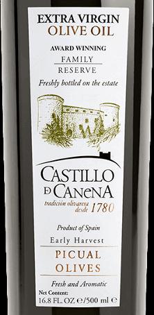 """Das Native Olivenöl Reserva Familiar Picual von Castillo de Canena aus Spanien präsentiert sich in einer frischen und intensiven grünen Farbe. In der Nase offenbart dieses Olivenöl aus der Sorte Picual frische Aromen von Kräutern, Tomaten und grünem Weizen. Dieses native Olivenöl ist sehr aromatisch und konzentriert mit einem feinen Geschmacksbild, welches sortentypisch und äußerst harmonisch ist. Speiseempfehlung für das Native Olivenöl Reserva Familiar Picual von Castillo de Canena Verwenden Sie dieses Olivenöl für Salatdressings, Tomatensuppe, Gazpacho, geräuchterten Schinken und Käse, sowie zu gegrilltem Fleisch. Auszeichnungen für das Native Olivenöl Reserva Familiar Picual von Castillo de Canena Der Feinschmecker """"olio award"""": 1. Platz (2016) FLOS OLEI: höchste Punktzahl"""