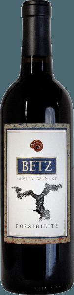 Der Possibilityvon Betz ist eine ausgezeichnete Rotwein-Cuvée aus den Rebsorten Cabernet Sauvignon (44%), Syrah (38%), Merlot (12%) und Petit Verdot (6%). Im Glas präsentiert sich dieser amerikanische Wein in einem satten Rubinrot. Das Bouquet entfaltet ausdrucksstarke Noten nach Zwetschgen, Erdbeeren und Granatapfel. Am Gaumen werden die Aromen der Nase von einer frischen Säure und samtigen Tanninen ergänzt. Das lang anhaltende Finale wird von einer sehr dezenten Süße begleitet. Vinifikation desPossibilityvon Betz Family Winery Die Trauben für diesen Rotwein stammen aus dem Anbaugebiet Washington – Columbia Valley. Das Lesegut wird umgehend in die Weinkellerei gebracht und selektiert. Die Maische wird daraufhin in Edelstahltanks vergoren. Für den samtigen Charakter, die wundervollen Aromen und die kräftige Farbe sorgt der Ausbau in Barriques aus französischer Eiche für 12 Monate. Speiseempfehlung für den BetzPossibility Genießen Sie diesen trockenen Rotwein aus Washington zu Gänsebraten mit Kartoffelklößen und Blaukraut, Kartoffelgartin mit Rindfleisch oder auch zu Schafsmilchkäse, wie Pecorino.