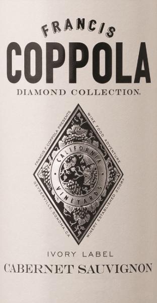 Der Diamond Collection Ivory Label Cabernet Sauvignon von Francis Ford Coppola Winery offenbart sich in einer granatroten Farbe mit magenta-farbenen Reflexen. Der Rotwein besitzt eine intensive, fruchtige Aromatik - geprägt von Brombeeren und Pflaumen, ergänzt um etwas Kakao und Eiche. Der üppige, komplexe Geschmack erinnert an Kirschen und Johannisbeeren mit einer Spur Vanilleschote und Nelke. Die samtige Textur wird von geschmeidigen Tanninen umrahmt und begleitet den vollmundigen Abgang. Speiseempfehlung für denDiamond Collection Ivory Label Cabernet Sauvignon Servieren Sie diesen amerikanischen Rotwein zu gegrilltem Steak und Lachs, Gnocchi in Salbei-Butter, Orangen-Hähnchen Szechuan Art, Käse oder als Aperitif. Auszeichnungen für den Ivory Label Cabernet Sauvignon San Francisco IWC: Gold für 2014 Sommelier Challange: Gold für 2014 Critics Challange IWC: Gold & 90 Punkte für 2014