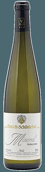 Mit dem Emrich-Schönleber Mineral Riesling kommt ein erstklassiger Weißwein ins Glas. Hierin zeigt er eine wunderbar brillante, hellgelbe Farbe. Gibt man ihm im Glas durch Schwenken etwas Luft, so offenbart die erste Nase des Mineral Riesling Nuancen von Weißen Johannisbeeren, Orangen und Pampelmusen. Den fruchtigen Komponenten des Bouquets gesellen sich noch mehr fruchtig-balsamische Nuancen hinzu. Der Emrich-Schönleber Mineral Riesling präsentiert sich dem Wein-Genießer wunderbar trocken. Dieser Weißwein zeigt sich dabei nie grobschlächtig oder karg, sondern rund und geschmeidig. Durch seine lebendige Fruchtsäure zeigt sich der Mineral Riesling am Gaumen traumhaft frisch und lebendig. Vinifikation des Mineral Riesling von Emrich-Schönleber Der elegante Mineral Riesling aus Deutschland ist ein reinsortiger Wein, gekeltert aus der Rebsorte Riesling. Der Mineral Riesling ist ein Alte Welt-Wein durch und durch, denn dieser Deutsche Wein versprüht einen außergewöhnlichen europäischen Charme, der ganz klar den Erfolg von Weinen aus der Alten Welt unterstreicht. Wenn sie perfekt ausgereift sind werden die Trauben für den Mineral Riesling ohne die Hilfe grober und wenig selektiver Vollernter ausschließlich von Hand geerntet. Nach der Lese gelangen die Trauben auf schnellstem Wege in die Kellerei. Hier werden sie selektiert und behutsam aufgebrochen. Es folgt die Gärung im bei kontrollierten Temperaturen. Der Vinifikation schließt sich eine Reifung. Speiseempfehlung für den Mineral Riesling von Emrich-Schönleber Dieser Deutsche Wein sollte am besten moderat gekühlt bei 11 - 13°C genossen werden. Er eignet sich perfekt als Begleiter zu gebratene Forelle mit Ingwer-Birne, Omelett mit Lachs und Fenchel oder gebackene Süßkartoffeln mit Schafskäse.