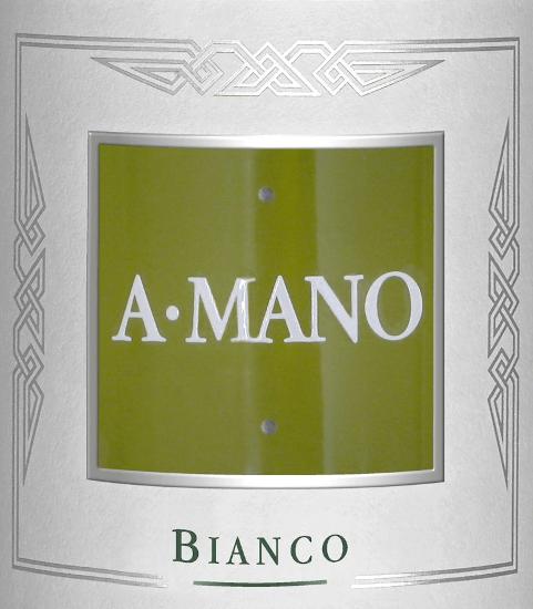 DerBianco von A Mano ist eine knackige, italienische Weißwein-Cuvée aus den RebsortenFiano Minutolo,Falanghina und Greco. Im Glas leuchtet dieser Wein in einer strohgelben Farbe mit glitzernden Reflexen. In der Nase offenbaren sich frische Aromen nach reifen Birnen, weißfleischige Pfirsiche und Orangenblüten. Unterlegt wird das Bouquet von einem blumigen Hauch Jasmin. Am Gaumen zeigt die Rebsorte Fiano Minutolo seine reinen reifen Pfirsicharomen - Falanghina gibt Kraft und feinste mineralische Nuancen - Greco verleiht diesem Weißwein seine herrliche Struktur. Dieser Weißwein überzeugt mit dem wundervollen Zusammenspiel aus Fruchtfülle, Tiefe und Energie. Speiseempfehlung für den A Mano Bianco Genießen Sie diesen trockenen Weißwein aus Italien als wundervollen Aperitif. Aber auch zu Meeresfrüchten, knackigen Sommersalaten oder auch Spinatravioli ein wahrer Genuss.