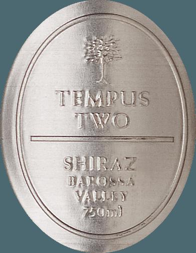 DerPewter Series Shiraz von Tempus Two präsentiert sich im Glas in einem kräftigen Dunkelrot mit violetten Reflexen. Das kräftige Bouquet offenbart herrliche Beerenaromen (insbesondere Cassis und Maulbeere) und dezent würzige Anklänge an Kaffeebohnen, Zimt und Vanille. Der Gaumen lässt sich von Noten nach reifen Kirschen und Zwetschgen verwöhnen - dazu gesellt sich noch ein Hauch von Kokosnuss. Der Körper dieses Rotweins ist wundervoll dicht und endet in einem langen Finale. Speiseempfehlung für den Tempus TwoPewter Series Shiraz Genießen Sie diesen trockenen Rotwein aus Australien Rinderfilet mit Kartoffelstampf und knackigen Salat, gefüllten Auberginen oder auch zu kräftigen Käsesorten.