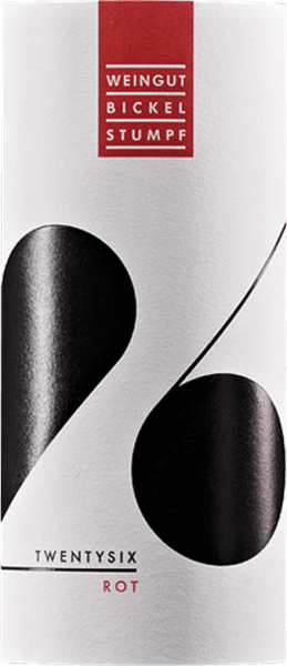 Im Glas zeigt der Twentysix rot von Bickel-Stumpf eine leuchtend hellrote Farbe. Das Bouquet dieses Rotweins aus Franken bezaubert mit Aromen von Heidelbeere, Maulbeere, Zwetschke und Brombeere. Spüren wir der Aromatik weiter nach, kommen Lebkuchen-Gewürz, orientalische Gewürze und Zimt hinzu. Dieser trockene Rotwein von Bickel-Stumpf ist etwas für Menschen, die ihren Wein gerne trocken trinken. Der Twentysix rot kommt dem bereits sehr nahe, wurde er doch mit gerade einmal 4 Gramm Restzucker gekeltert. Ausgeglichenen und komplex präsentiert sich dieser dichte Rotwein am Gaumen. Durch die balancierte Fruchtsäure schmeichelt der Twentysix rot mit weichem Gaumengefühl, ohne es gleichzeitig an saftiger Lebendigkeit missen zu lassen. Das Finale dieses Rotweins aus der Weinbauregion Franken, genauer gesagt aus Frickenhausen, besticht schließlich mit beachtlichem Nachhall. Der Abgang wird zudem von mineralischen Anklängen der von Kalkstein dominierten Böden begleitet. Vinifikation des Bickel-Stumpf Twentysix rot Grundlage für den balancierten Twentysix rot aus Franken sind Trauben aus den Rebsorten Blauer Portugieser und Domina. In Franken wachsen die Reben, die die Trauben für diesen Wein hervorbringen auf Böden aus Kalkstein. Nach der Handlese gelangen die Trauben zügig in die Kellerei. Hier werden sie sortiert und behutsam gemahlen. Anschließend erfolgt die Gärung im Edelstahltank bei kontrollierten Temperaturen. Der Vergärung schließt sich eine Reifung für einige Monate auf der Feinhefe an, bevor der Wein schließlich in Flaschen abgefüllt wird. Speiseempfehlung zum Bickel-Stumpf Twentysix rot Dieser Rotwein aus Deutschland sollte am besten temperiert bei 15 - 18°C genossen werden. Er passt perfekt als begleitender Wein zu Kartoffel-Pfanne mit Lachs, Kichererbsen-Curry oder geschmortem Hähnchen in Rotwein.